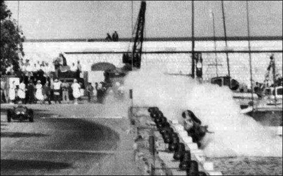 лидер команды Лянча, двукратный чемпион мира Альберто Аскари, ошибся в эске на набережной (возможно, попал колесом на масляное пятно), и ярко-алая машина, раскидав соломенные тюки, рухнула в залив