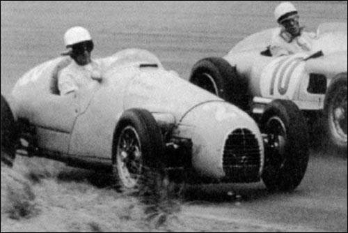 Стирлинг Мосс обгоняет Рамуша на круг во время дебютного для бразильца Гран При в Зандфорте 1955 года