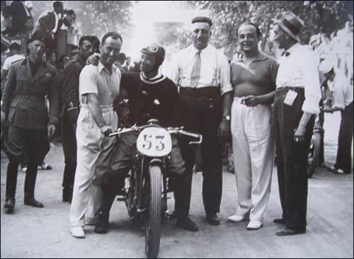 Таруффи - чемпион Европы 1932 года. Справа от него - Энцо Феррари