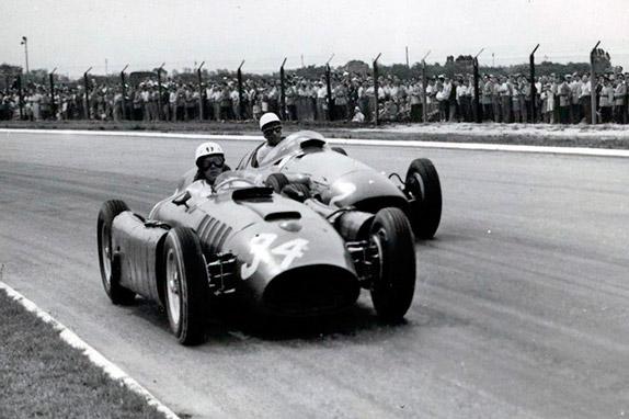 Хуан-Мануэль Фанхио опережает Стирлинга Мосса на Гран При Аргентины 1956 года