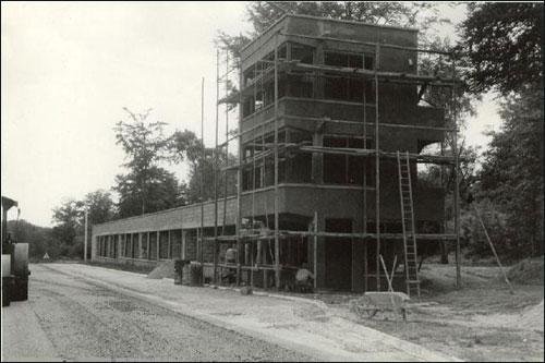 Строительство комплекса боксов на трассе в Руане. Весна 1950 года