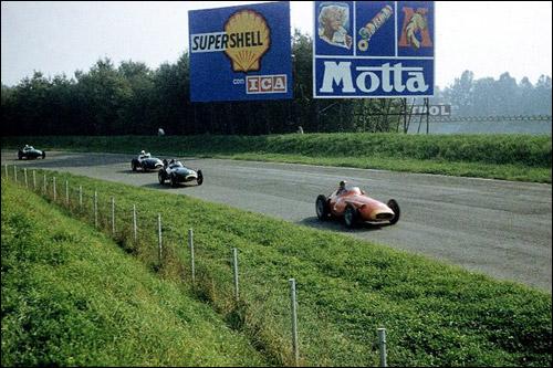 Фанхио на Maserati опережает двух пилотов Vanwall, Тони Брукса и Стирлинга Мосса