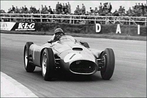 Победитель Гран При Великобритании 1956 года Хуан-Мануэль Фанхио