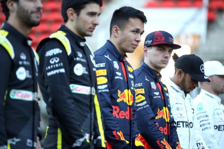 Гонщики Формулы-1 обсудят, вставать ли на колено